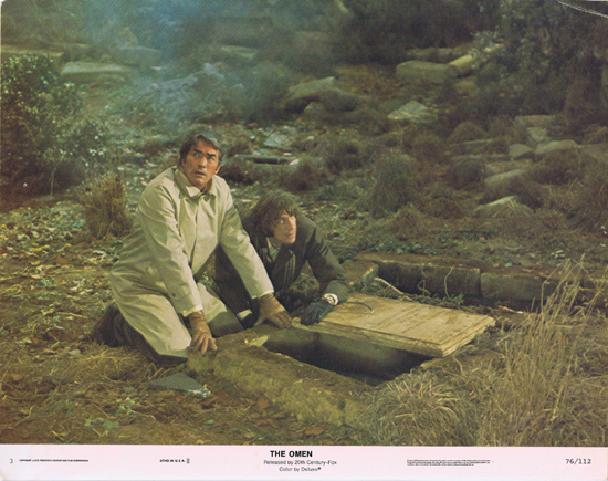 THE OMEN Lobby Card 3 Gregory Peck at the grave HORROR